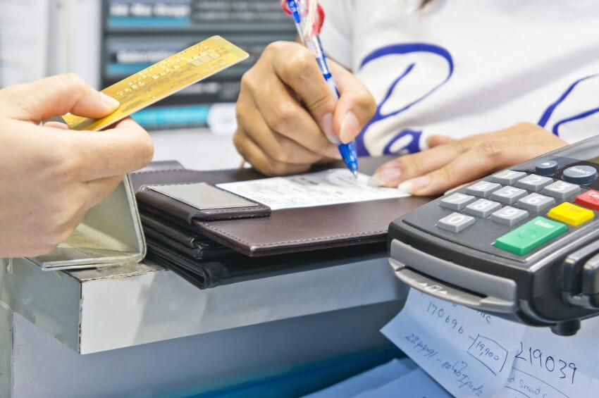 An der Supermarktkasse gibt es einen Unterschied zwischen der PIN-Eingabe und einer Unterschrift. - Foto: fotolia.com